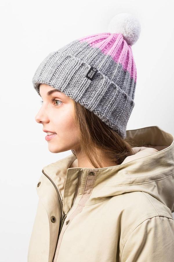 """Яркая вязаная зимняя шапка с подкладом и контрастным помпоном """"Шерегеш"""". Цвет - серый, розовый"""