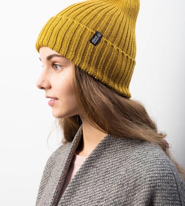 """Вязаная шапка тыковка на молодой девушке. Коллекция """"Камчатка"""". цвет горчичный."""