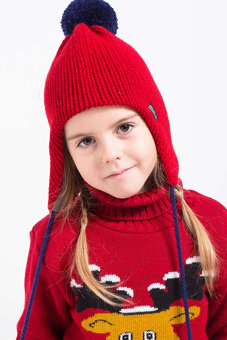 Вязаная шапка с помпоном на ребенке, цвет красный