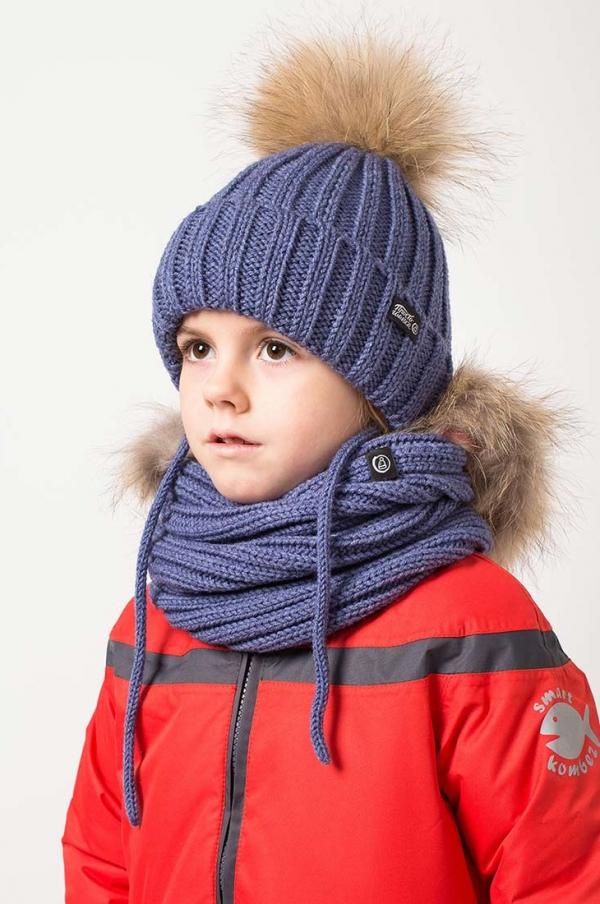 Вязаная шапка с меховым помпоном + снуд на ребенке. Цвет - джинс